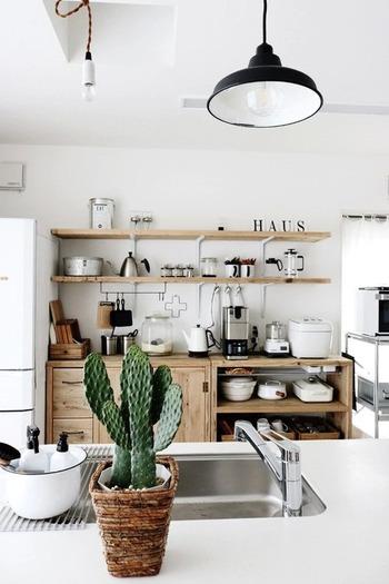壁面に飾り棚を作り、お気に入りのキッチン雑貨を飾ったり、収納スペースとしても活用されているお家は多いかもしれません。  とても素敵なのですが、「広く見せる」ことにおいては、壁面で視界が止まってしまうため、抜け感が生まれず、狭く感じてしまう原因になっていることもあるようです。