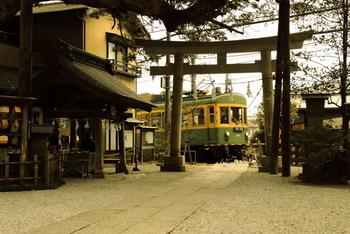江ノ島から江ノ電に揺られ長谷駅へ。長谷駅から徒歩5分ほどの所に位置する御霊神社は紫陽花と江ノ電の撮影場所としても有名な神社です。