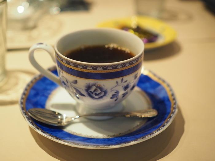 サイフォンで丁寧に淹れられたコーヒーはまさに至福の一杯。ゆったり流れる時間とともコーヒー独自の深みを味わってくださいね。
