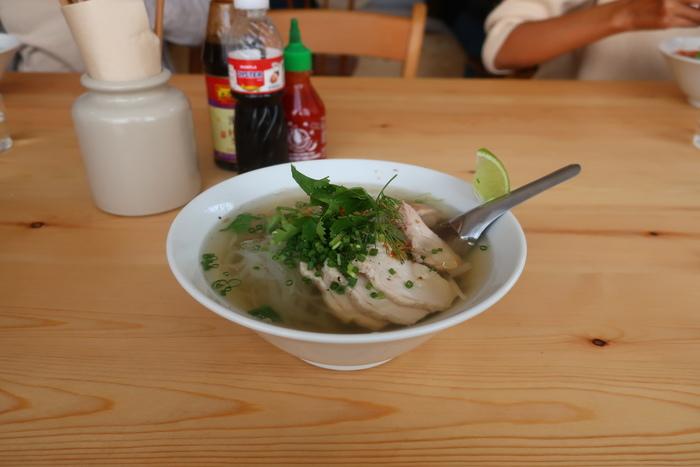 あっさりなのにコクがあり後から旨味がぐっとくる優しいスープに、米粉でできたフォーは格別の美味しさです。連日行列の人気店のお味はまさにお見事!