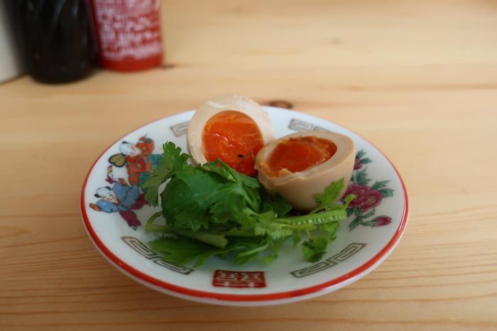 パクチーを乗せた味玉。こちらもオススメです。まだ出来立てホヤホヤのフォーラスカルは早速鎌倉人気店の仲間入りになっています。そんな絶品のフォー、是非一度味わってみてくださいね。