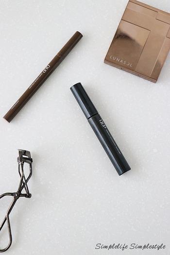 リキッドアイライナーとは、ペン先が筆やフェルトタイプのものが一般的で、くっきりとしたツヤのあるラインを書くこと可能。筆に加える圧によって、ラインの太さを自由に変えることができます。