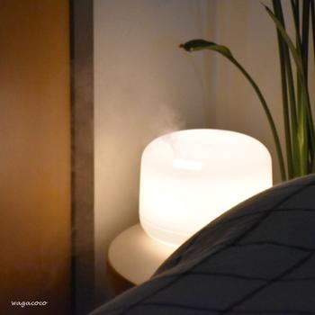 寝室空間に「キャンドル」「間接照明」を置いてみませんか?  暖色の光も、安眠/快眠には外せない要素。  温かみのある光は通常の蛍光灯よりもはるかに目に優しく、仕事などで酷使した眼をいたわってくれます。  間接照明は、写真のように加湿器やアロマが一緒になったものも素敵ですね。