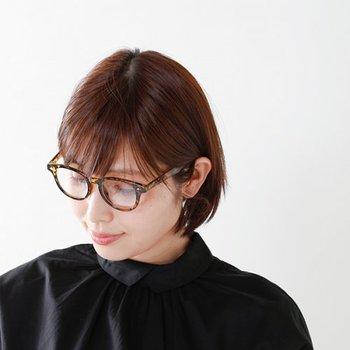 前紙ありさんは、前髪の分眼鏡の印象が和らいで垢抜けた雰囲気も作りやすい。その代わり、前髪の横の部分がはねてしまいやすくなります。 眼鏡を頻繁にかける、という方は、それを見越して少し広めに前髪を作っておくのがおすすめ。また、眼鏡にかからないように前髪はこまめに切り、横の髪は耳にかけてすっきりさせましょう。