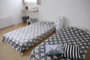 まずは北欧モダンインテリアから。  こちらの空間は、ほぼ無彩色のモノトーン空間でまとめています。  ベッドの高さもかなり床に高いため、狭い空間にベッドを2台置いても狭く見えません。