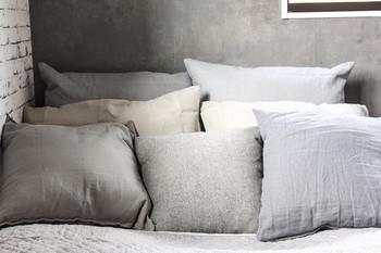 ナチュラル素材といえば、「綿」や「麻」といった素材を寝具に使うのも素敵ですね。  肌馴染みの良い自然素材なら、自然と眠りにつきやすくなるはず。  自然素材には、風水上で「厄を吸収する」はたらきがあるのだとか。  より快適に眠りやすくなるだけでなく、運気ダウンを防止してくれるのはとてもうれしいですね♪