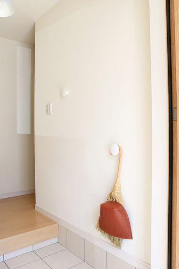 キレイな玄関を保つには、こまめなお掃除が大切です。  道具は、お掃除する場所ごとに保管するのがポイント。道具を取りに行く手間が省けて、気づいたときにササっとキレイにできます。