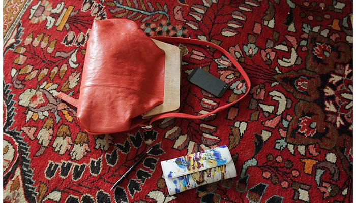 開口部がマグネット仕様になっているレザーバッグは、パッと目を惹く赤のカラーリングが素敵なアイテム。ワンショルダーでも斜め掛けでも使えるので、コーデやバランスに合わせて使い分けが可能です。