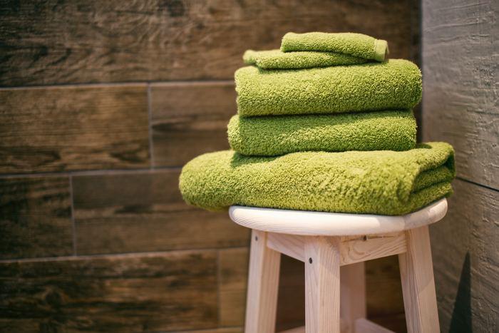 ドライヤーを使う前に、吸水性の良いタオルで髪の水分を取りましょう。まず全体にタオルをかぶせて水分を吸収させたら、毛先に垂れてくる水を軽く叩いて拭き取ります。