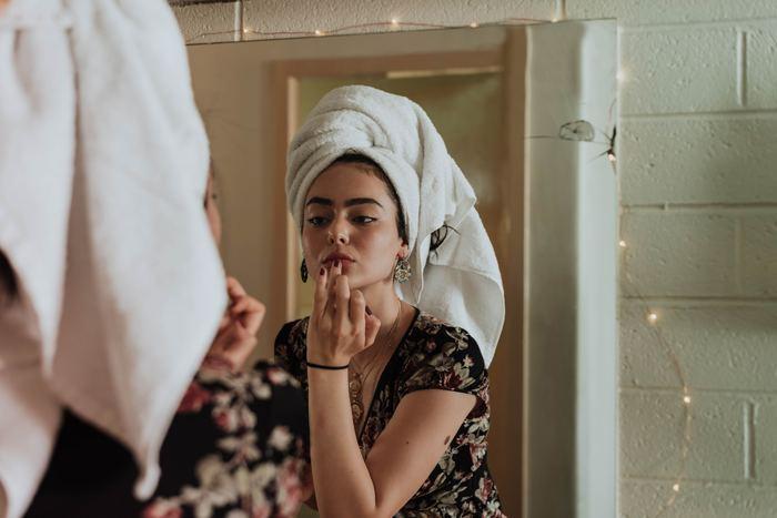 どんなにいいシャンプーやトリートメント剤を使っていても、その後にタオルでグシャグシャと髪を拭いてしまっては台無し!摩擦で髪が痛んでしまいます。タオルで頭全体を包んだら、軽く抑えて水分をタオルに吸収させるように水気をきっていきましょう。