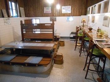 浴槽を使用した客席がユニークな店内。1978年まで銭湯として営業してした建物を、1階はカフェ、2階はギャラリーに改修しました。この建物は、国の登録有形文化財にも指定されています。
