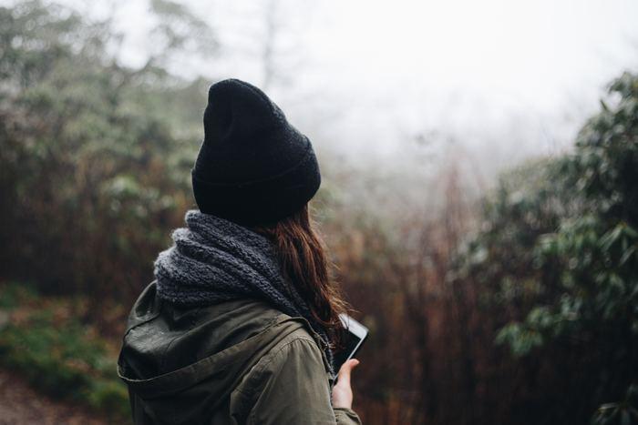 帽子は紫外線から髪を守り外のホコリが髪に付着するのを防いでくれる一方で、場合によっては頭皮の蒸れや静電気による髪のダメージを引き起こすことも。乾燥する冬は特に、帽子をかぶった後は髪を清潔に洗ってトリートメントで栄養補給をしておきましょう。