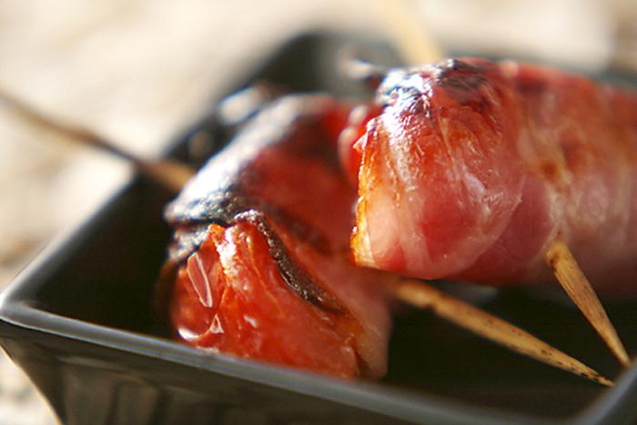 トマトをグリルで温めると、じゅわっと旨味がでて美味しいですよね。それにベーコンをプラスしたら、もう手がとまらなくなること間違いなしです。グリルで簡単に焼けるから、お料理の合間にぜひ。