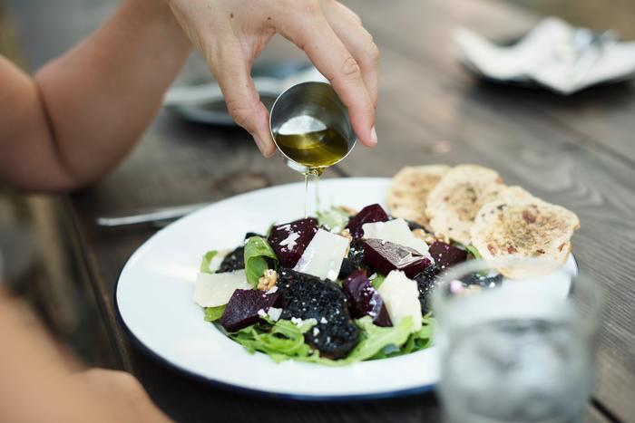 わさび菜は生でも茹でても炒めてもおいしい野菜ですが、まずは生でシャキシャキの食感を味わうのがおすすめ。鮮やかな緑の葉っぱはお肉やお魚に添えても映えますし、ボリュームがあるのでサラダにはもってこいの野菜です。茎は醤油漬けにしてご飯のお供にしてもいいですね。