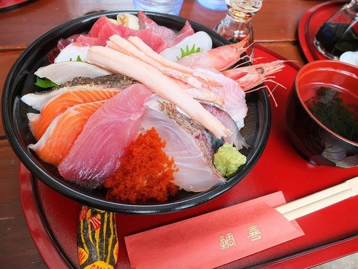 """鳥取砂丘を訪れたら、是非おすすめなのが、「鯛喜」の海鮮丼。 場所は、鳥取砂丘のリフト乗り場から徒歩1分、リーズナブルな価格なのに、美味しくて、とにかく大満足出来る!と、大人気のお店です。 お米は、鳥取県産の無農薬栽培のコシヒカリを使用、その日によって海鮮丼のお魚の種類は違うそうです。 ノーマルの""""海鮮丼""""は、基本的には鳥取産魚介類が10種類で1200円、""""の海鮮丼ちょっと豪華""""は、カニとマグロがプラスで1680円、""""海鮮丼豪華""""は、カニ、マグロ、イクラが付いて1980円。  海鮮丼は1日50食限定のため12時頃に売切れちゃう日もあるようなので、絶対に食べたい!という時には、事前予約&早めの来店がおすすめです!"""