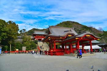 鎌倉を代表する圧倒的な存在感の「鶴岡八幡宮」。その第三の鳥居をくぐってすぐ右側にあるのが「旗上弁財天」です。