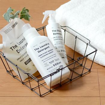 人や環境に考慮した洗剤を作っている「THE(ザ)」の洗濯洗剤は、綿・ウール・シルクなど、どんな素材もこれ1本で洗濯OK。優しいラベンダーの香りと、ふんわり柔らかな洗い上がりで、シンプルなパッケージだけでなく使用感も魅力的です。