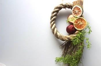 いつもと違った雰囲気のお正月飾りを楽しみたい!という方におすすめしたい、ドライフルーツを飾ったしめ飾り。ナチュラルな雰囲気がとても可愛いです。