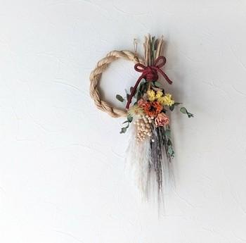 カラフルなお花が華やかなしめ飾り。しめ縄部分とドライフラワーの部分が取り外せるので、お正月が明けた後はドライフラワーだけを飾って楽しむこともできます。
