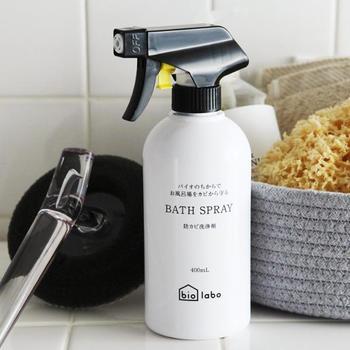 シンプルな白いボトルに、英字と小さな文字がデザインされたスプレーボトル。天然由来の成分で作られているのに、カビをしっかり抑制しながらお風呂の掃除ができる洗剤です。肌の弱い方や、小さな子どものいるご家庭にも、ぜひおすすめしたいアイテムです。