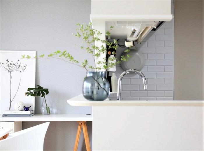 タイルの目地が白い壁紙に模様替えしたところ、遠くから見ても白さが際立ち、抜け感が生まれました。 ほんの少しのことですが、このように壁紙を変えただけでも、広さや明るさの印象が変わります。  このように明るく見えるよう白色を活かしたり、壁面にゆとりあるスペースを設けるだけで抜け感が生まれ、開放感のあるキッチンに♪ ぜひ、参考にしてみてくださいね。