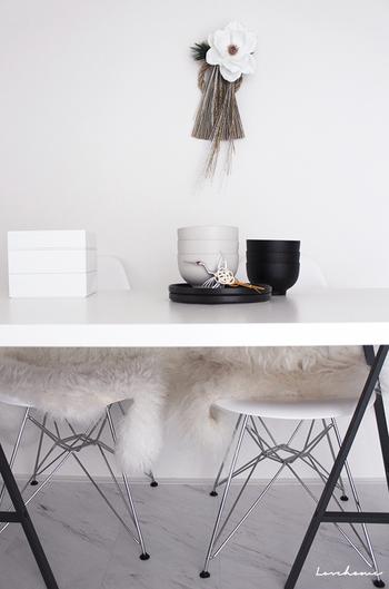 モノトーンのお部屋に、しめ飾りのデザインが馴染んでいます。お正月飾りは存在感のあるものが多いので、お部屋の雰囲気に合わせたものを選びたいですね。