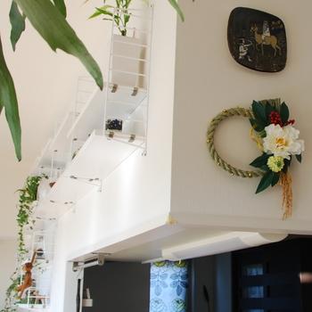キッチンのカウンターの上に飾ったしめ飾り。ここならお部屋全体の雰囲気を気にせず、さりげなく飾ることができそうですね。