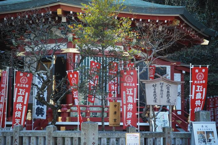 権現造りの奉安殿には、幸福や財宝などを招き、琵琶を弾く美しい「弁財天」が祀られています。