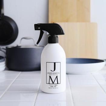 白いボトルに黒のロゴマークが、インテリアにしっかり馴染むと人気の除菌スプレーです。インフルエンザウイルスやノロウイルス対策としても使われ、食品にかかっても安心。浴室や服、窓などの抗カビ用として広く活用できます。