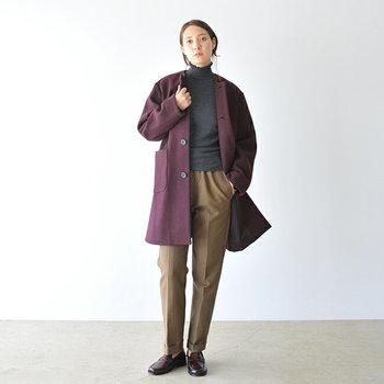 パープルのアウターは、着るだけでトレンド感抜群のコーディネートに。ベージュパンツやグレーのトップスなど控えめカラーに合わせてシックに着こなすのも◎