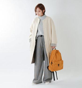 オフホワイトのノーカラーコートは、グレーのワントーンコーデに合わせてシンプルに。白×グレーの定番カラーリングは、大人のナチュラルコーデの鉄板ですね。