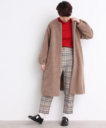 季節感たっぷりなチェック柄パンツ×赤トップスコーデに、ベージュのノーカラーコートを合わせたコーディネートです。ちょっぴり個性派の着こなしも、ベージュのコートで落ち着いた印象をプラスできます。