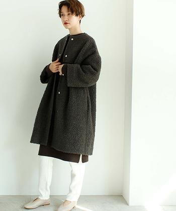 濃いめのチャコールグレーのノーカラーコートは、白のパンツと合わせて爽やかなコーディネートに。トップスもブラウン系なので、ボトムスとパンプスの明るめカラーが引き立って、バランスの良いコーディネートに仕上がっています。