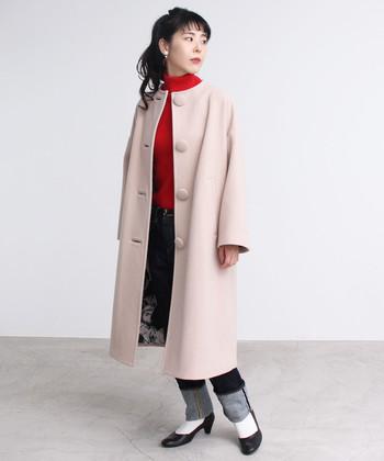 赤ニットにデニムを合わせたカジュアルコーデも、ベージュのロングコートを羽織れば即フェミニンな印象に。ボタンを留めればインナーコーデが見えなくなるので、ベージュのロングコートが一枚あると便利に活用できます。