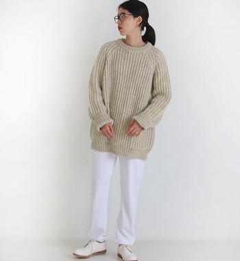 ざっくり編みのシンプルなベージュニットは、白のパンツと合わせた爽やかコーデに。足元も白でまとめて、ナチュラルで女性らしいコーディネートの完成です。