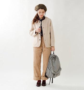 ウール素材を使用したベージュのジャケットは、色味の違うベージュのワイドパンツと合わせてワントーン風に。トップスのチェック柄シャツはさりげなくちら見せして季節感たっぷりなコーディネートに仕上げています。