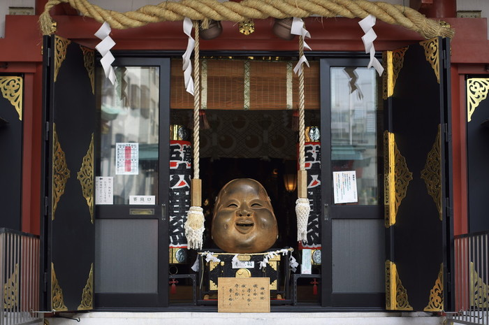 拝殿にある「なでおかめ」は、なでる場所によってご利益が違うと伝えられていて、鼻をなでると金運アップ、向かって右の頬は恋愛成就のご利益があると言われています。