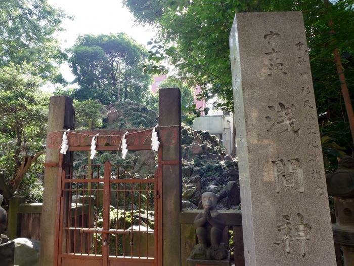 境内で目をひく大きな岩。こちらは重要有形民俗文化財に指定されている「冨士浅間神社」の富士塚です。富士山から運ばれた溶岩で築いた「下谷坂本富士」は、直径約15m、高さ約6mの荘厳な姿。毎年6月30日と7月1日の2日間だけ一般開放され、登ることができます。