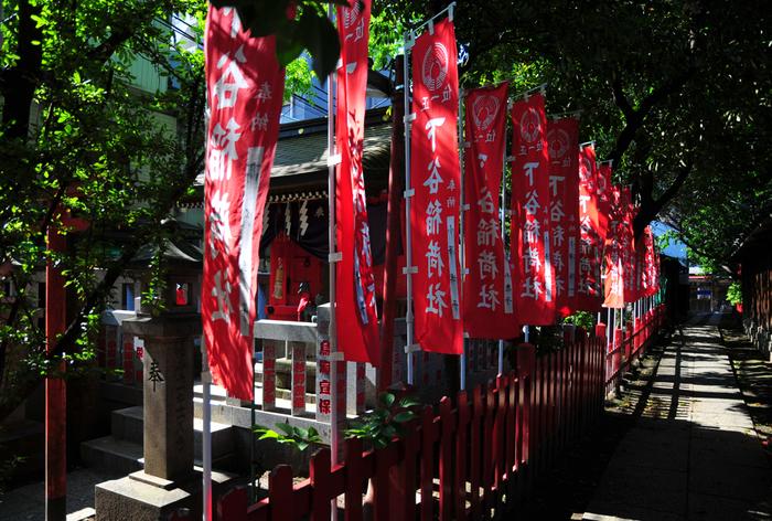奈良時代に創建された都内最古の「お稲荷様」です。御祭神は、大年神(おおとしのかみ)と日本武尊(やまとたけるのみこと)で、商売繁盛と家内安全のご利益があるとされています。