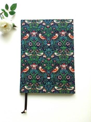 フランス伝統の厚紙工芸『カルトナージュ』を思わせる、ノートカバー。レトロなリバティープリントが素敵ですね。