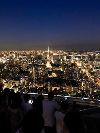 「東京」と聞いて思い出す場所はどこですか?観光名所を思い浮かべる方も多いと思いますが、「夜の東京」が思い浮かぶでしょうか。 東京には、夜景が綺麗に見える観光スポットのほかに、夜景を楽しむホテルやレストラン、冬のイルミネーションが見られる場所まで、たくさんの「灯り」を楽しむことができます。今回は、おすすめの夜景が見られるスポットをご紹介します。