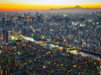 遠くに富士山、左手には東京タワー、手前には隅田川と、街の灯りが点き始めた頃の景色も素敵です。スカイツリーの関東一円を楽しめる絶景の眺望は、夜景でなくとも一度は訪れてみたいスポットです。 高さ350mの展望デッキや450mの高さにある展望回廊は22:00(最終入場時間21:00)まで楽しめます。