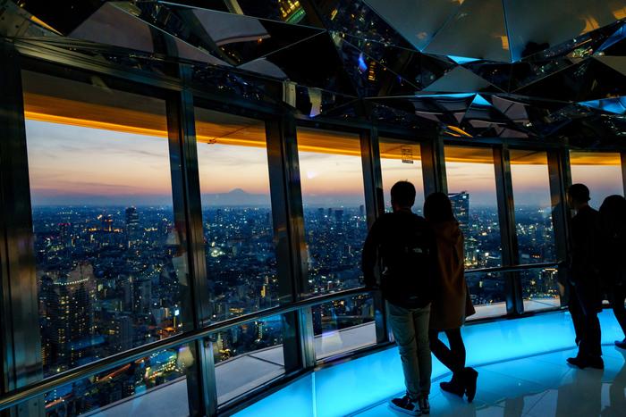 港区芝公園にある「東京タワー」。高さは333m、高さ150mにところにある「メインデッキ」と、250mにある「トップデッキ」で夜景を楽しむことができます。