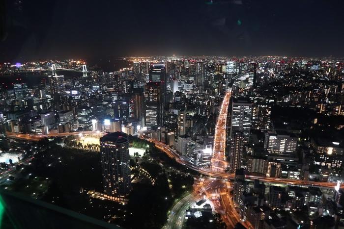 こちらは東京タワーより見た夜景。この、赤羽橋方面を見下ろした際の「下にも東京タワーが見える」といわれている夜景スポットは必見です。クリスマスなど季節のイベントや、土曜日曜は家族で楽しめるイベントも行われています。みんなで楽しみたい夜景スポットですね。 「トップデッキ」は予約入場制で、22:45(入場最終ツアーが22:00~22:15)までです。