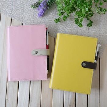 """カラフルな色合いが心弾むノートカバー。こちらはなんと""""ほぼ日手帳""""A6サイズ専用のものなんだとか。留め具は使い勝手の良いマグネットタイプなので、しっかりと閉じることができますよ。  (※文庫本カバー、A6ノートカバーとしてもご利用いただけます。)"""