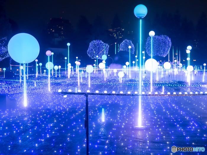 こちらの「しゃぼん玉イルミネーション」は2018年12月16日までの期間限定だそう。メインのイルミネーション「スターライトガーデン2018」は2018年12月25日まで行われています。ミッドタウン館内では「サンタツリー」なども置かれ、クリスマス気分を満喫できそう。近くにある「東京シティビュー」とあわせて夜景を楽しんでも。点灯時間は、17:00~23:00まで、1Fのプラザエリアは24:00まで点灯されるているそうです。