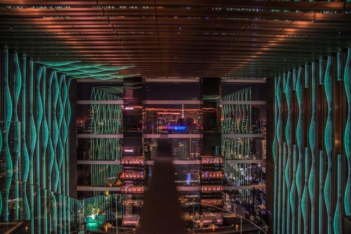赤坂プリンスホテルの跡地に建てられた東京ガーデンテラス紀尾井町の30階~36階にあるホテル「ザ・プリンスギャラリー東京紀尾井町」は、ギャラリーと名の付くとおり、アートを感じるデザインが素敵です。滝をイメージしたというバー「levita」から見える東京タワーは幻想的な美しさ。