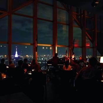 「パークハイアット東京」の52階にある「ニューヨークバー」も絶景と評判。ホテルへ宿泊する際は、バーで夜景を見ながら大人の時間を過ごしてみてはいかが。