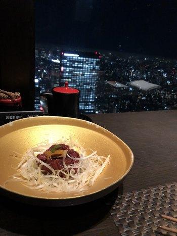新宿野村ビルの50階にあるレストラン「星空の中へ」。名のとおり星空の中にいるような新宿のビル群を望む夜景と、上品な和食をいただけます。記念日におすすめです。