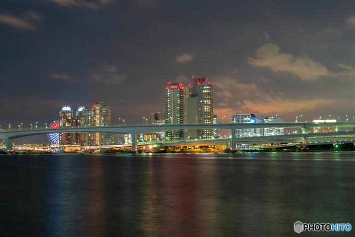 こちらは「豊洲ぐるり公園」からお台場方面を望む景色。海と橋、ビル群や観覧車といった光景は、東京ならではの素敵な夜景ですね。